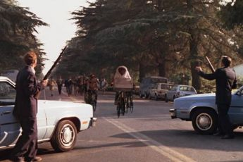 Scéna z verze roku 1982 se zbraněmi, které byly nahrazeny ve verzi roku 2002 vysílačkami