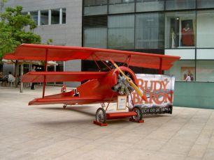 Zmenšenina Fokkeru na premiéře filmu.